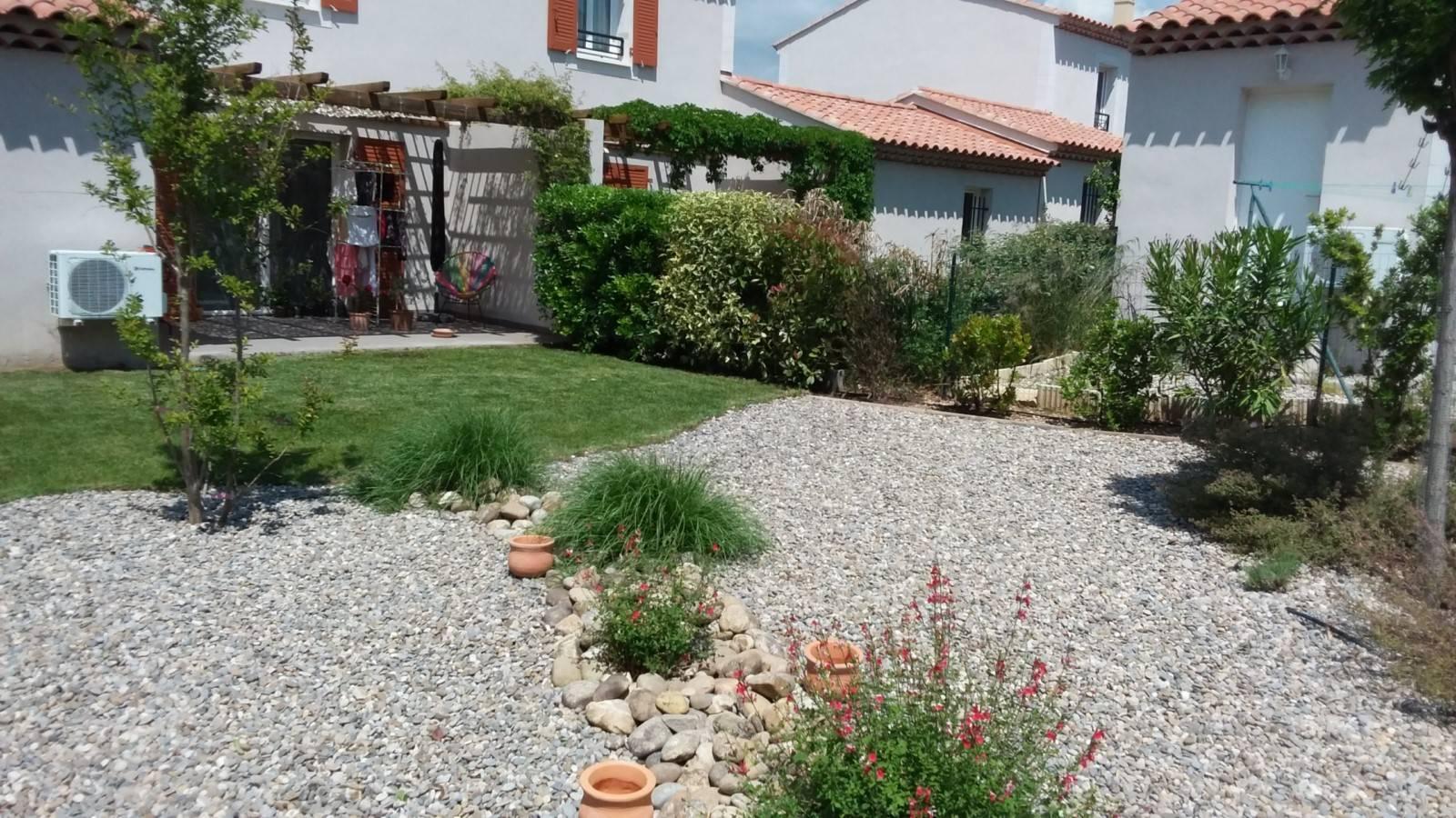 Amenagement d\'un petit jardin méditerranéen devant maison ...