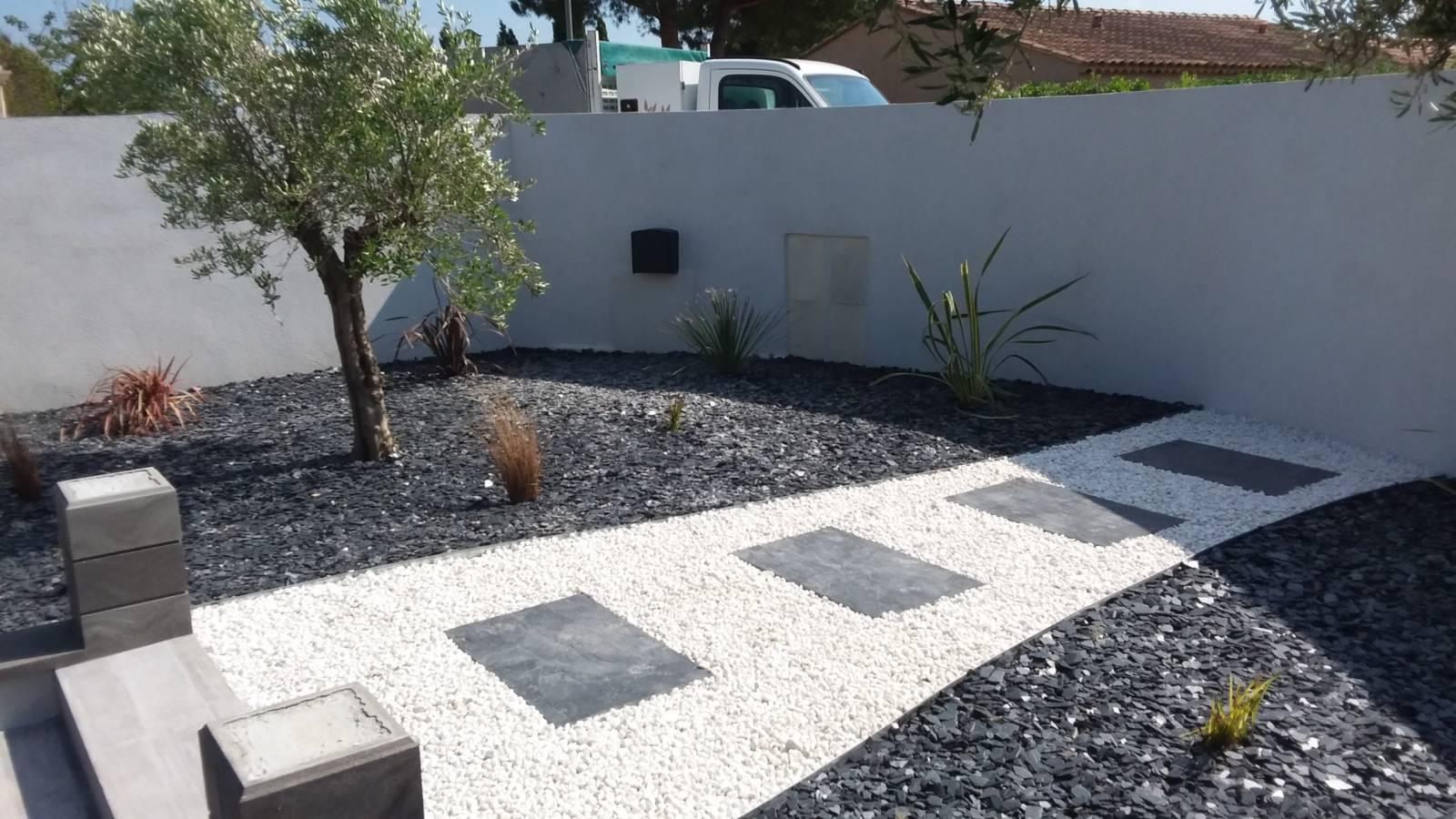 Massif Galet Blanc Et Ardoise aménagement d'un petit jardin contemporain avec pose de