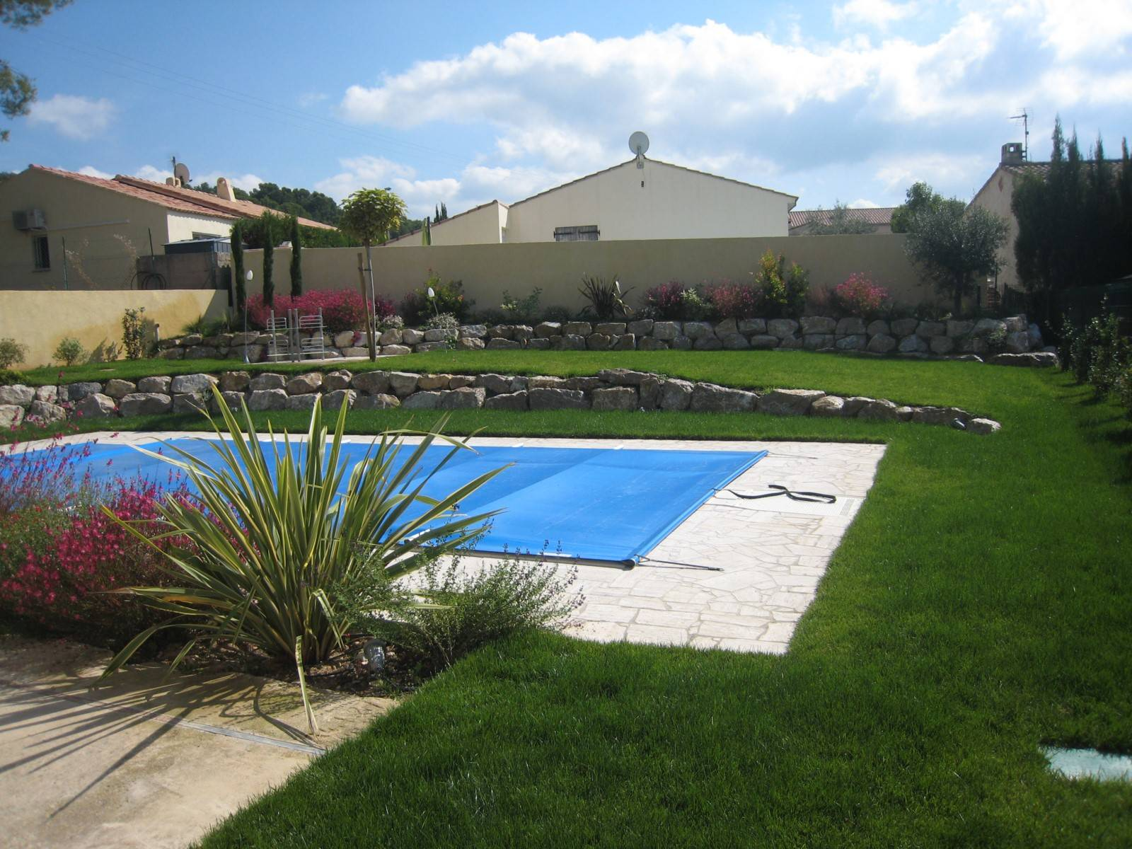 Am nagement d 39 un jardin autour d 39 une piscine velaux for Amenagement d une piscine
