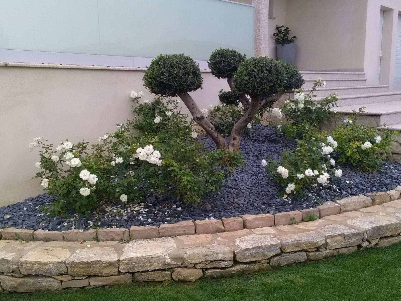 Realiser Massif Avec Galet aménagement d'un jardin devant une maison à berre l'etang
